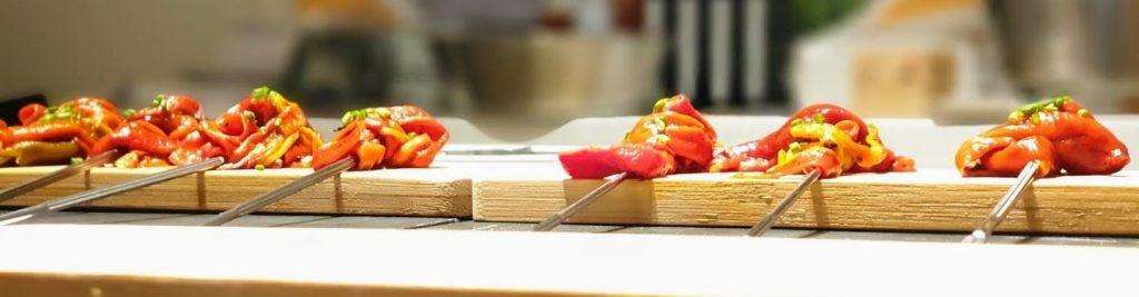 Tabla de pimientos asados en una demostración de cocina tradicional navarra